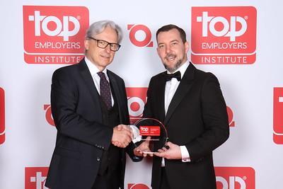 "Johann Kopf, Plant Manager Carcoustics Austria, erhält den Award als ""Top Employer Austria 2020"" © Carcoustics"